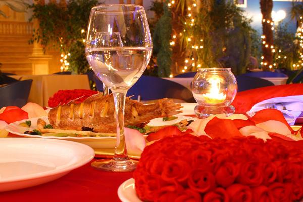 Köstliches Essen und stimmungsvolle Atmosphäre bei einen unvergleichlichen Abendessen für Verliebte