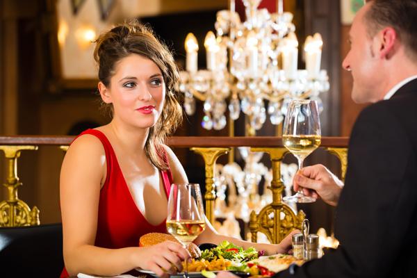 Leidenschaft, tiefe Blicke und sinnliche Zweisamkeit genießen: romantisches Abendessen in Duisburg