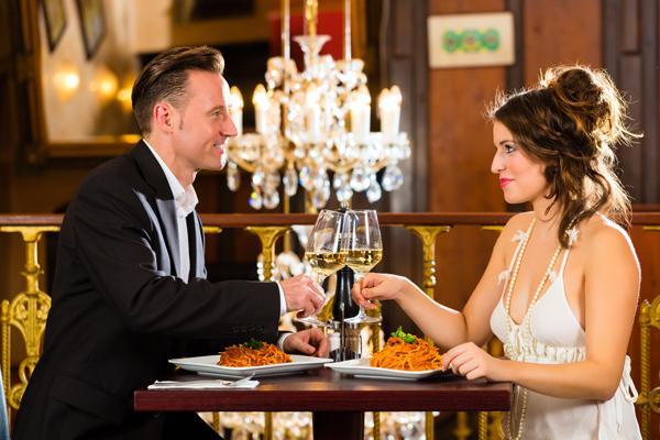Hingabe, kulinarischer Hochgenuss und Leidenschaft bei einem romantischen Abendessen in Essen