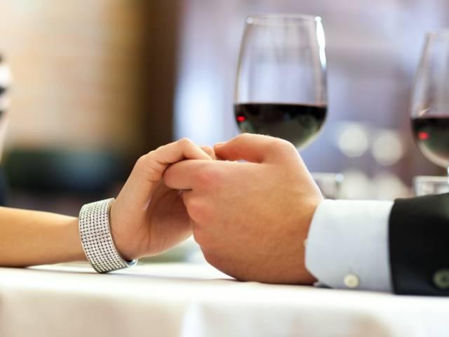 Abendessen in einem romantischen Restaurant: Gemeinsame Zeit mit seinem geliebten Schatz verbringen
