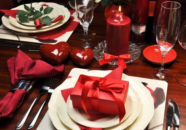 Stilvoll gedeckter Tisch bei einem exklusiven leckeren Dinner für verliebte Paare in Köln