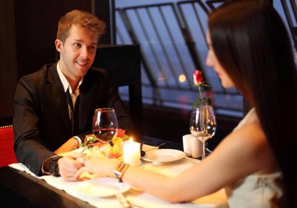 Leidenschaft und Zuneigung bei einem romantischen Candle Light Dinner