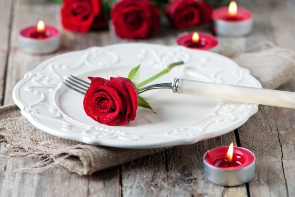 Geschenkidee für Verliebte: Gutschein für ein Romantikdinner in einem Restaurant von Leipzig