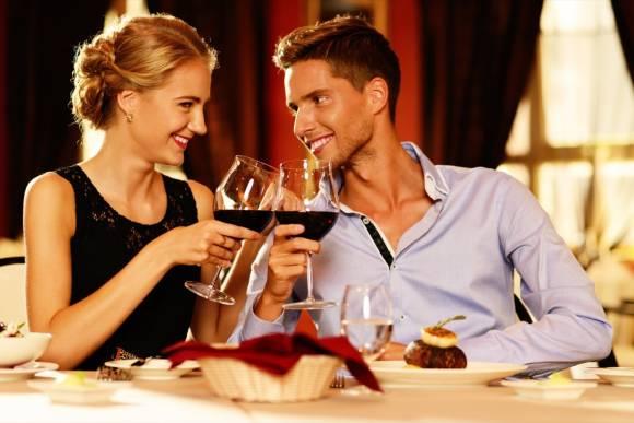 Zweisamkeit, Zuneigung und Leidenschaft bei einem stilvollen Abendessen für 2