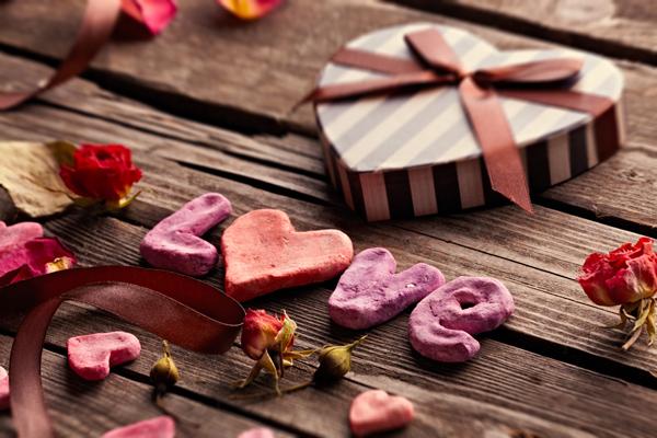 Romantische Geschenkidee für den Partner: Gutschein für ein romantisches Abendessen zu zweit