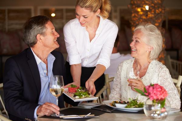 Angenehme Atmosphäre und ein exklusives Menü: Paar beim romantischen Abendessen in Stuttgart