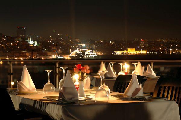 Atemraubender Ausblick bei einem romantischen Candle Light Dinner