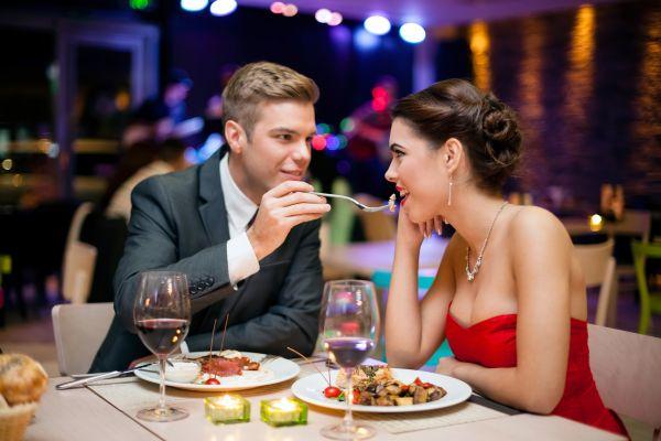Romantik und Hingabe bei einem Romantikdinner für Zwei genießen