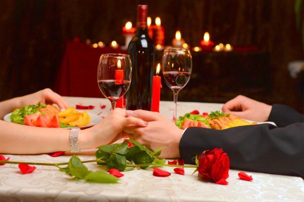 Stilvoll gedeckter Tisch bei einem Abendessen der besonderen Art