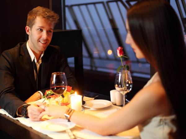 Romantisches Essen für Zwei: Candle Light Dinner in einem stilvollen Restaurant