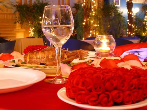 Romantik-Dinner für verliebte Paare: Ideal als Geschenkidee zum Valentinstag