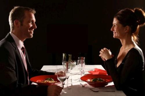 Dinner in the Dark in Dresden als Geschenkidee: Unterhaltsamer Spaß für Paare und Gruppen