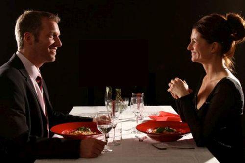 Romantik einmal anders: Besuch von einem Dunkelrestaurant für einen aufregenden Abend