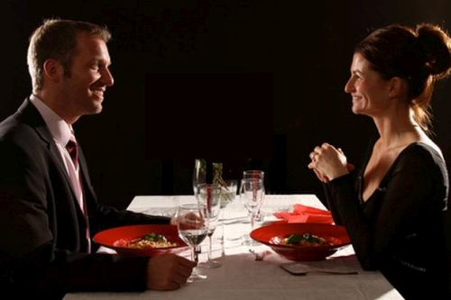 Prickelnder Abend in einem Dunkelrestaurant im Raum Sachsen