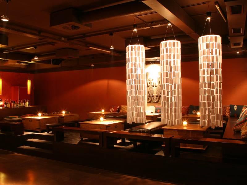 Der Ausklang des unterhaltsamen Abends findet in einer Bar oder Ähnlichem statt.