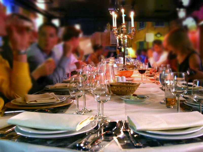 Ein gedeckter Tisch lädt zum leckeren Abendessen bei einem Jumping-Dinner ein.