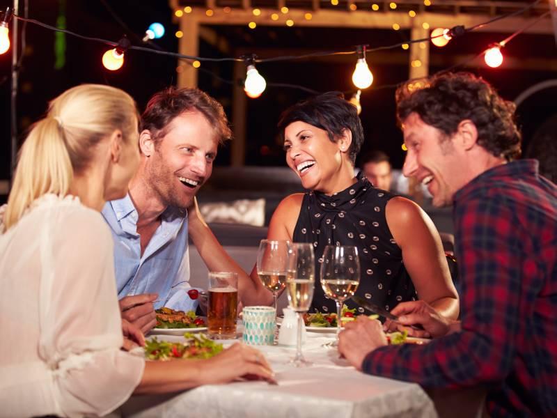 Nette Menschen und vielleicht auch mehr beim Jumping Dinner bei einem gemeinsamen Essen kennenlernen