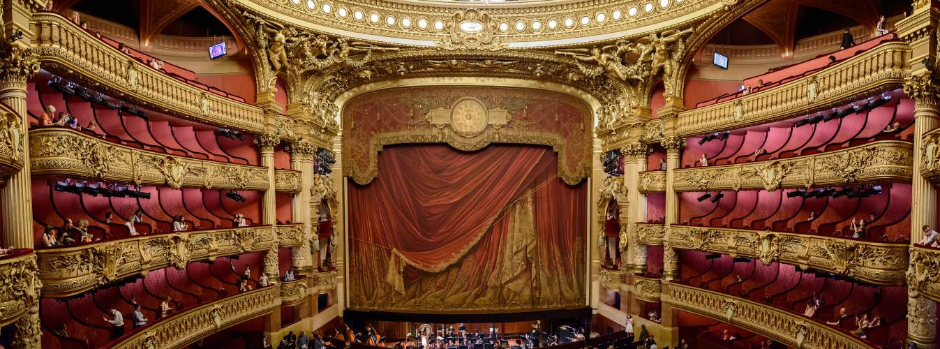 Klassisches Konzert in einem großem Konzertsaal genießen