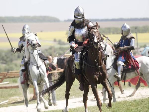 Wie waren die Ritter im Mittelalter wirklich? Bei einem sogenannten Rittermahl kann man sie fragen.