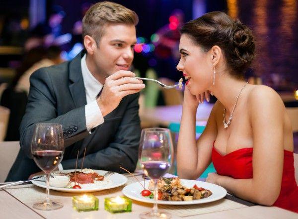 Leidenschaft und Zweisamkeit bei einem Romantikdinner in einem edlen Restaurant