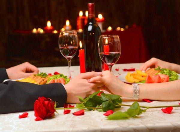 Besuch in einem romantischen Restaurant: Innige Berührungen und ein Abend voller Hingabe