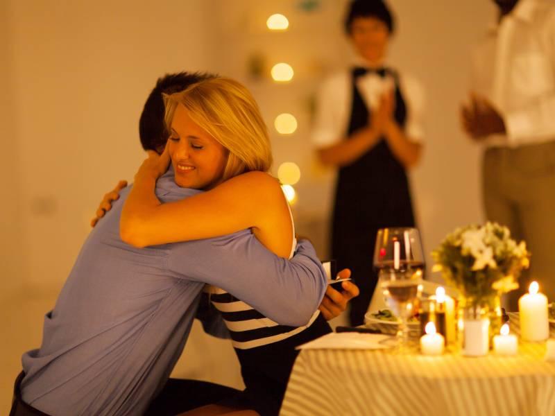Romantikdinner als perfekte Gelegenheit für Liebebekundungen und Anträge nutzen